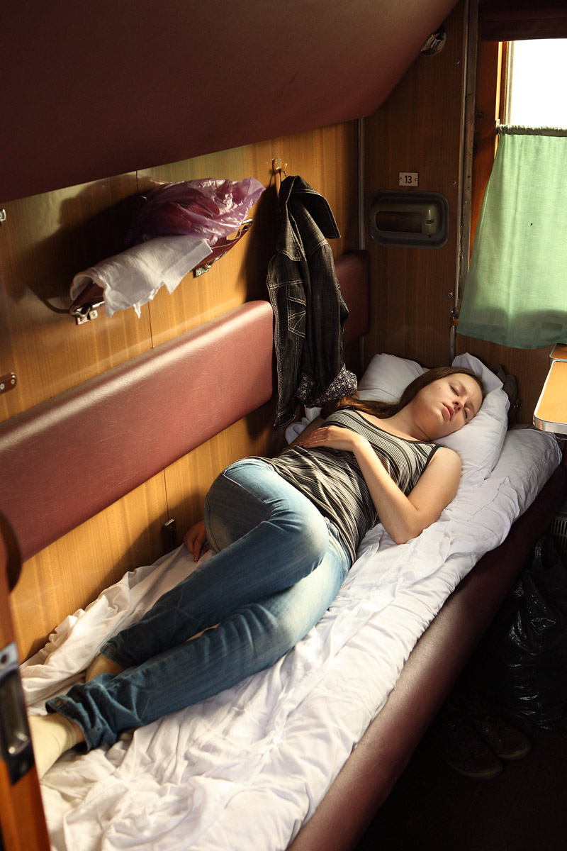 Фото спящие девушки в поезде 3 фотография